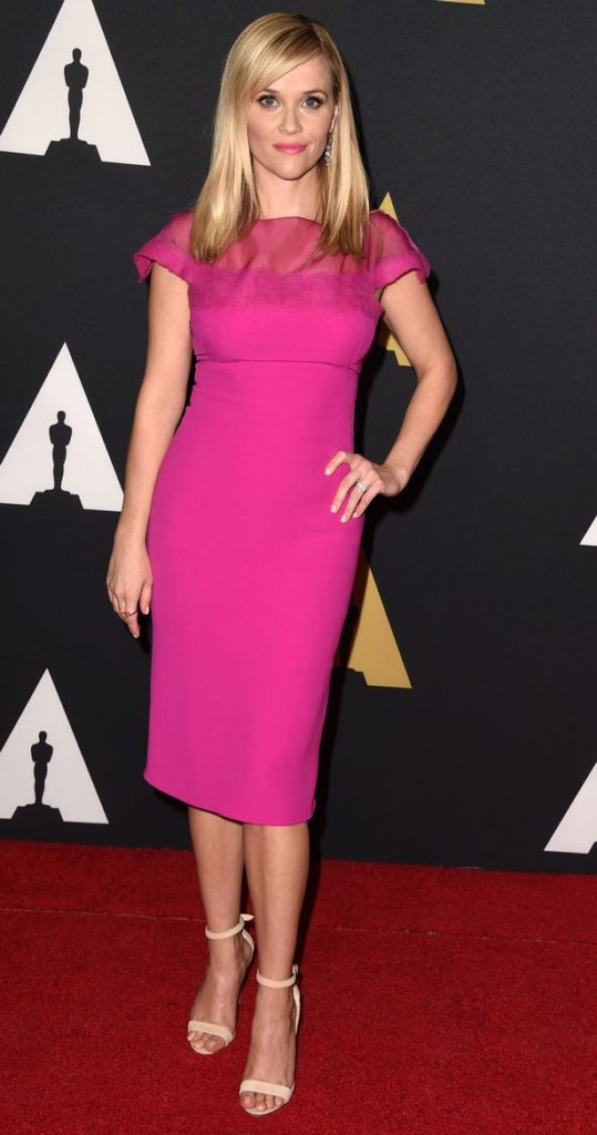 Reese Witherspoon aparece un turno rosa